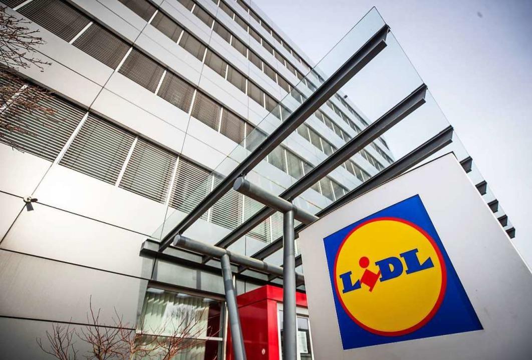 Im Lidl Verwaltungsgebäude ist am Mittwochnachmittag eine Briefbombe explodiert.  | Foto: Christoph Schmidt (dpa)