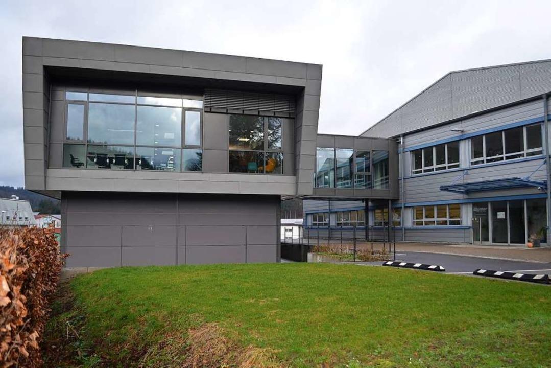 Das neue, 2019 errichtete Verwaltungsg...pthaus von Gießler mit der Werkhalle 3  | Foto: Nikolaus Bayer