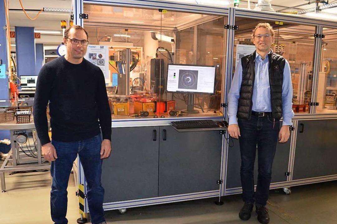 Vor der Sortieranlage für Metallbautei... Firmenchef Thomas Gießler (von links)  | Foto: Nikolaus Bayer