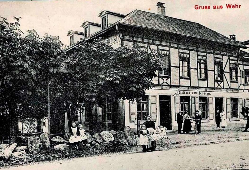 Das einstige Gasthaus Hirschen mit Gar...ternehmen aufgekauft und stillgelegt.     Foto: Ernst Brugger