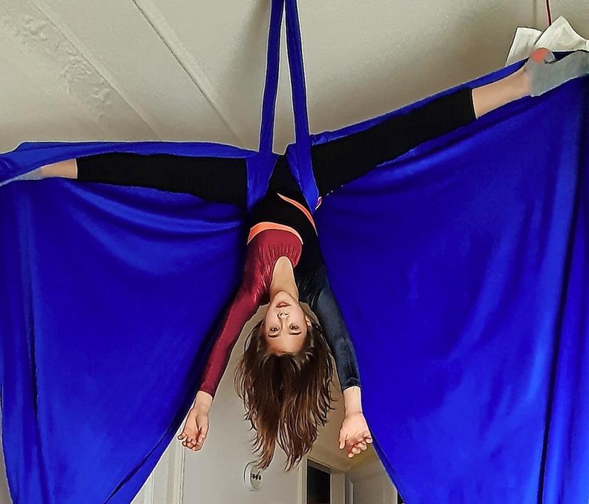 Wie eine Fledermaus hängt Antonia Gess im Vertikaltuch unter der Decke.  | Foto: privat