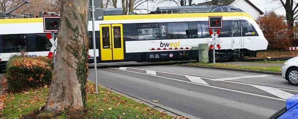 Mann tritt und bespuckt in der Münstertalbahn eine Frau, die gesundheitsbedingt keine Maske trug