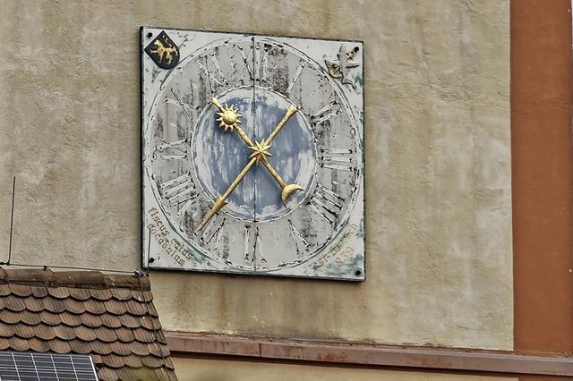 Kirchturmuhr wird überholt