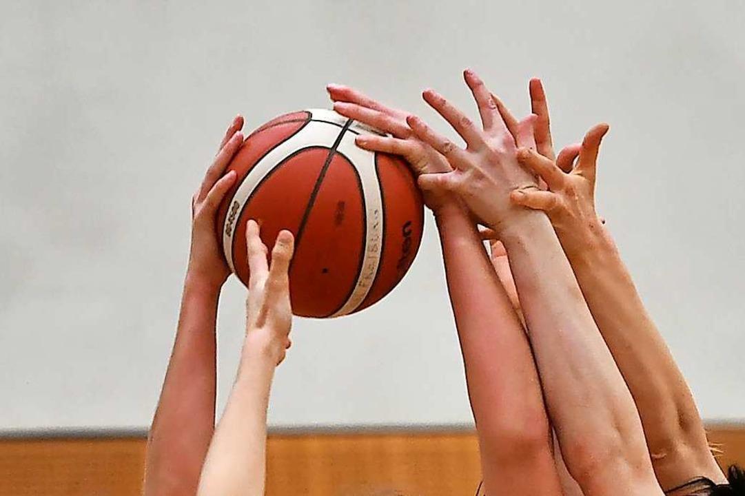 Hände hoch: Szene aus einem Eisvögel-Spiel  | Foto: Achim Keller