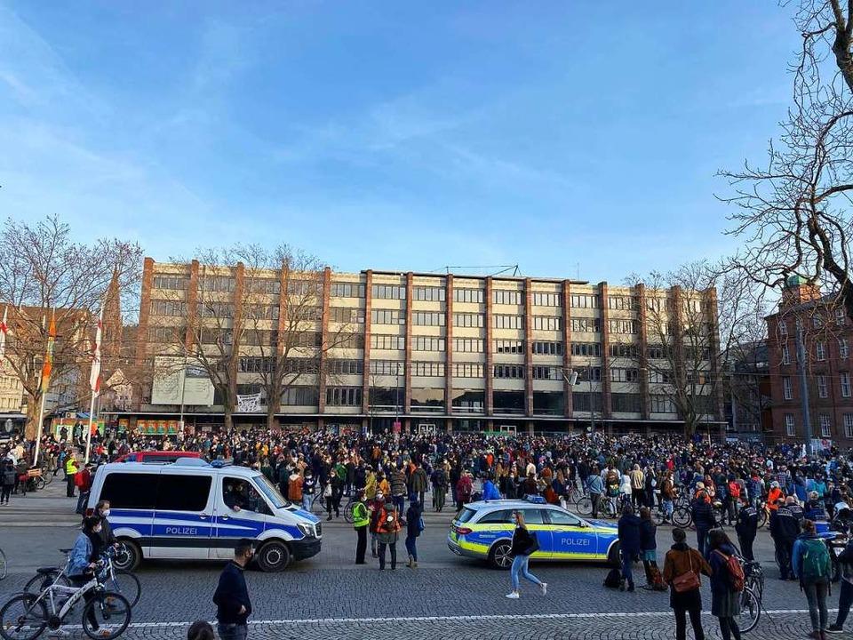 Rund 1500 Menschen haben sich am Freit...s in Hanau vor einem Jahr zu gedenken.  | Foto: Anika Maldacker