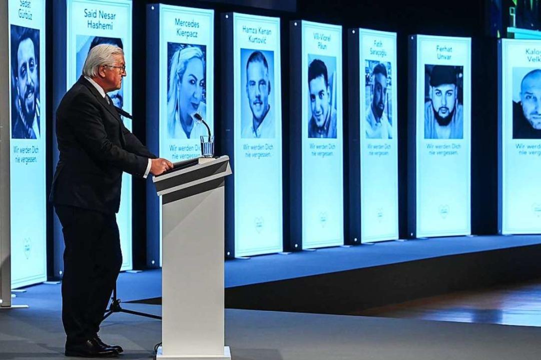 Bundespräsident Frank-Walter Steinmeie...in Hanau vor Fotos der neun Getöteten.  | Foto: Boris Roessler (dpa)