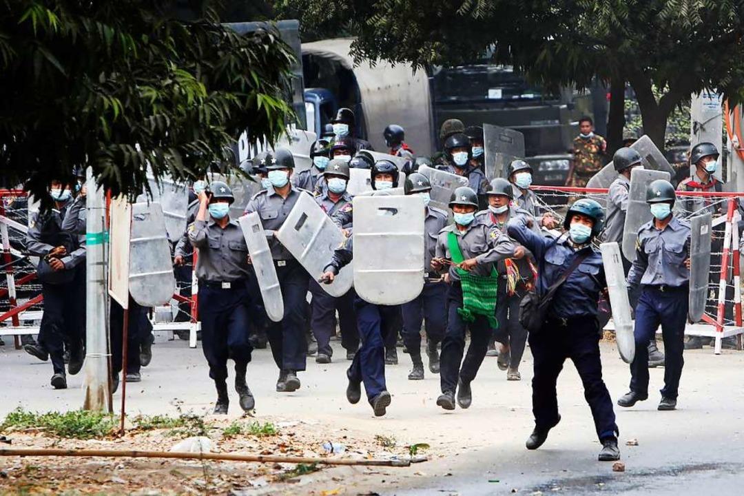 Polizisten stürmen auf Demonstranten zu, um sie zu vertreiben.  | Foto: -- (dpa)