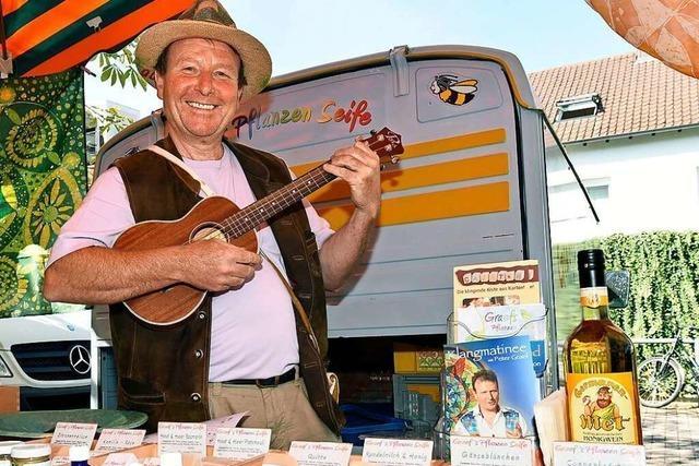 Auf dem Markt in Betzenhausen kann man bei Ukulele-Klängen Gemüse kaufen