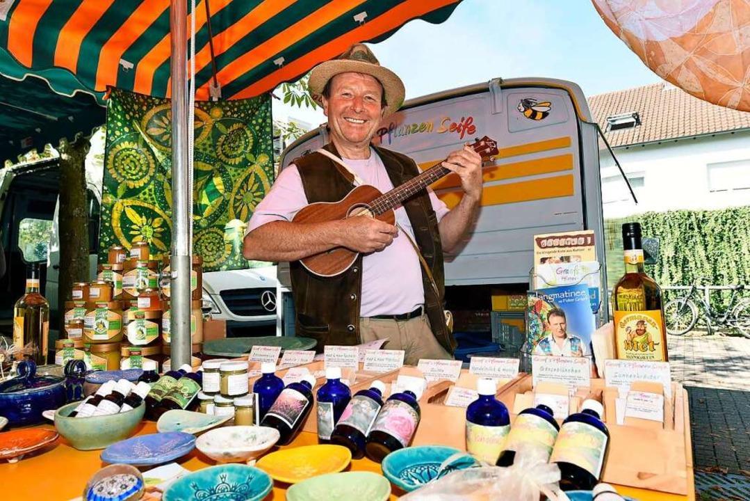 Peter Graef verkauft Honig und Seifen und übt manchmal Ukulele.    Foto: Thomas Kunz