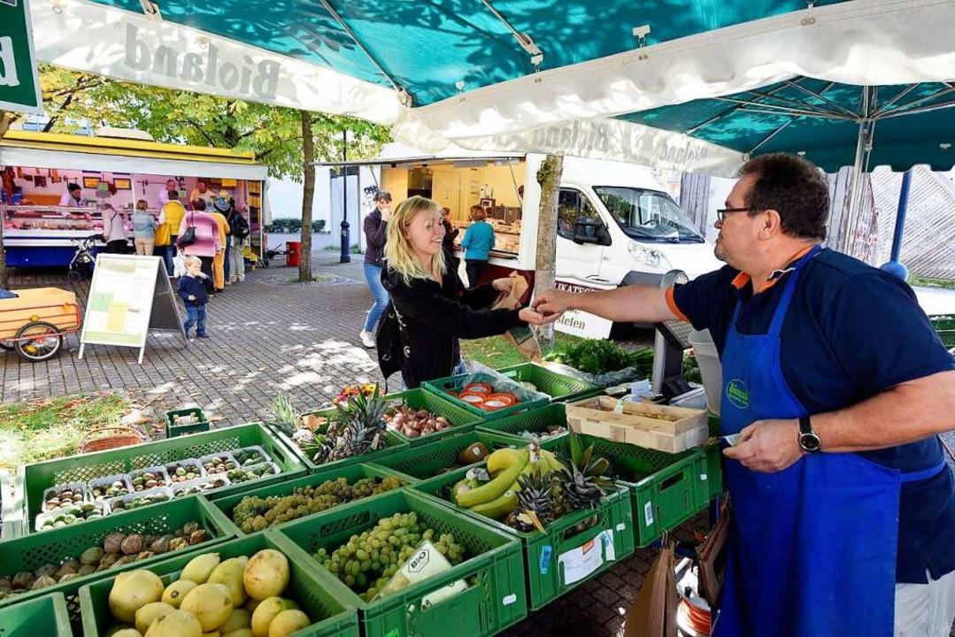 """Am Bioland-Stand von Jan Michalski gib...chenmarkt"""" noch ausbaufähig ist.    Foto: Thomas Kunz"""