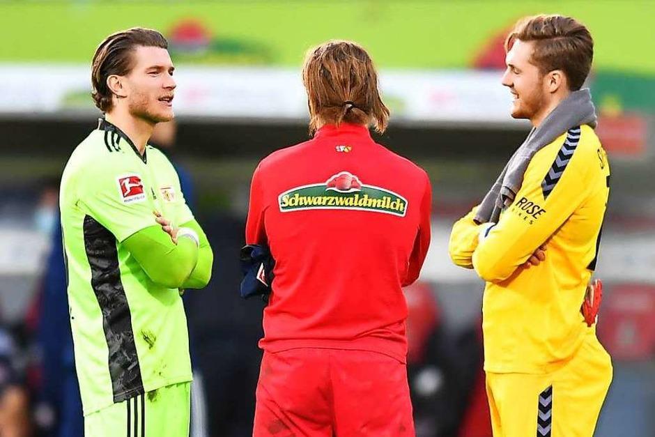Pläuschchen nach dem Spiel: Der SC Freiburg verliert 0:1 gegen Union Berlin. Nach der Partie unterhalten sich Lucas Höler, Florian Müller und Loris Karius. (Foto: Achim Keller/SC Freiburg)