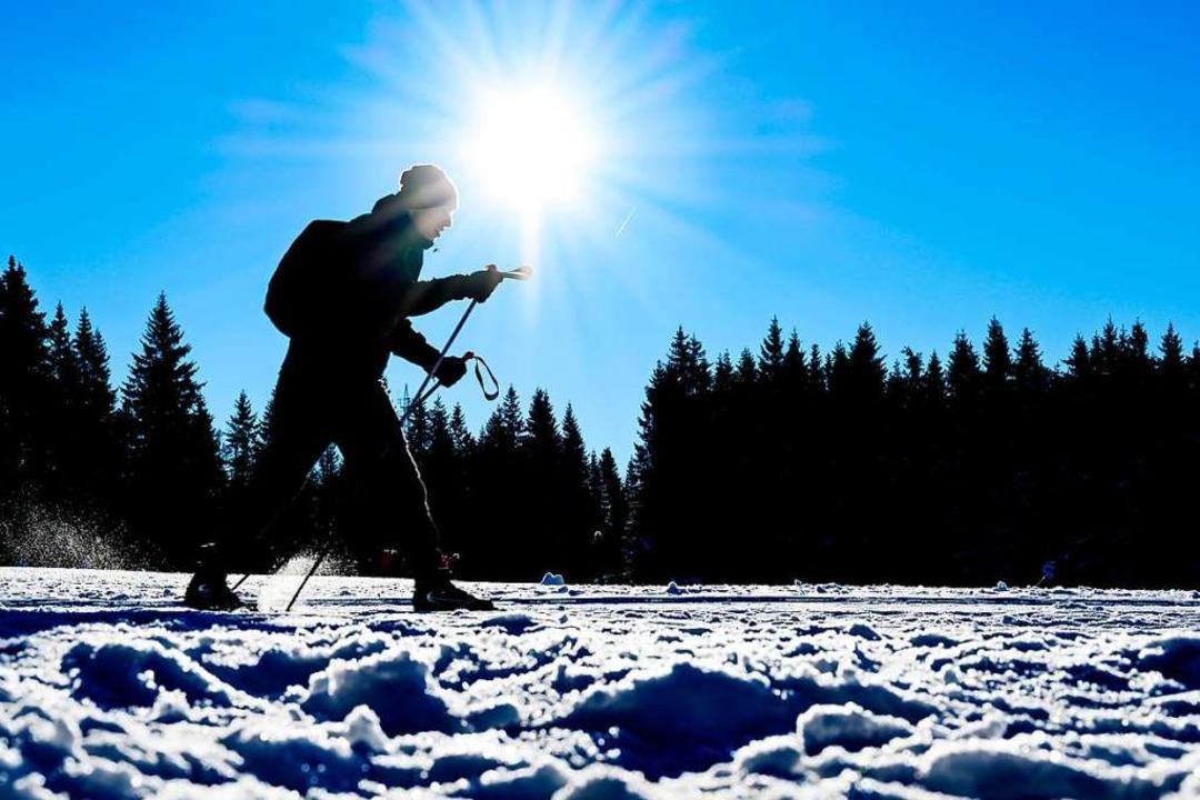 Glitzernder Schnee und strahlende Sonn... sieht das perfekte Langlaufglück aus.  | Foto: Swen Pförtner