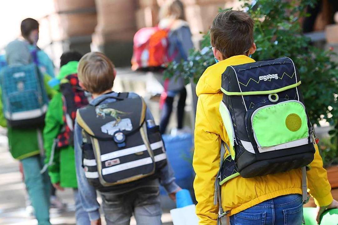 Es geht wieder los mit der Schule, zumindest teilweise.  | Foto: Arne Dedert (dpa)
