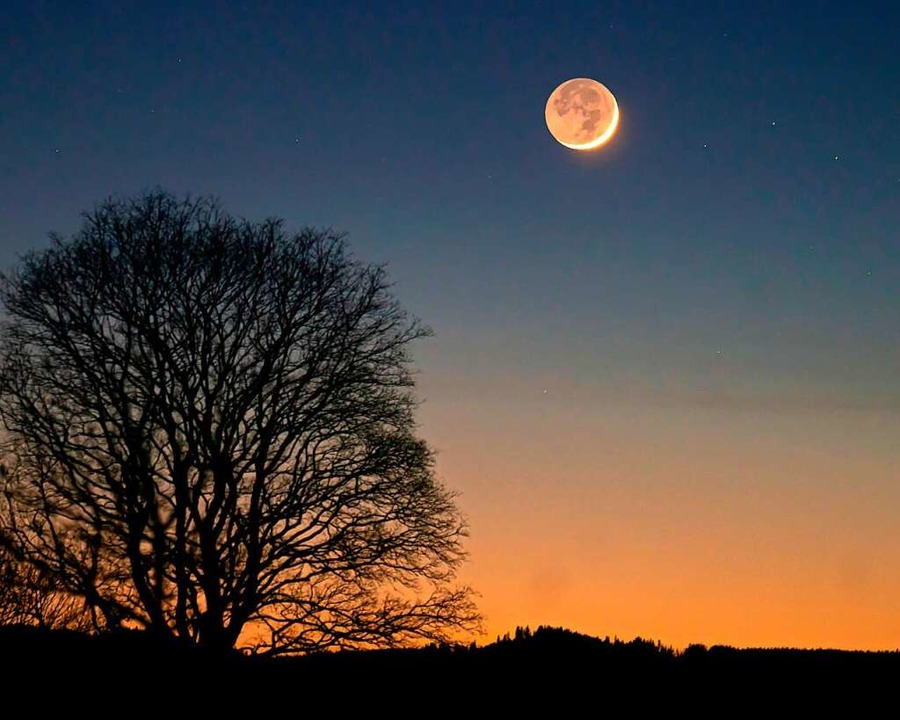 Der Neumond über Kappel kündigt am Samstagabend kaltes Wetter an  | Foto: Wolfgang Scheu