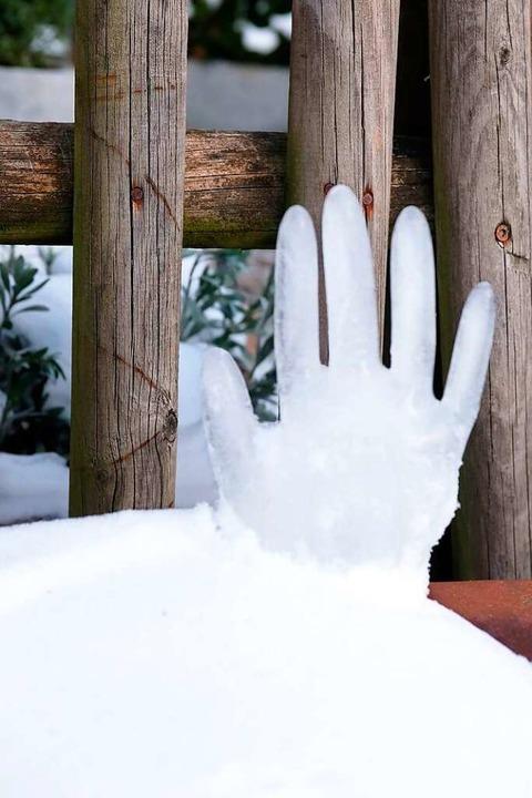 Aus mit Wasser gefüllten und zugeknote...ihandschuhe  sind Eishände entstanden.  | Foto: Wolfgang Scheu