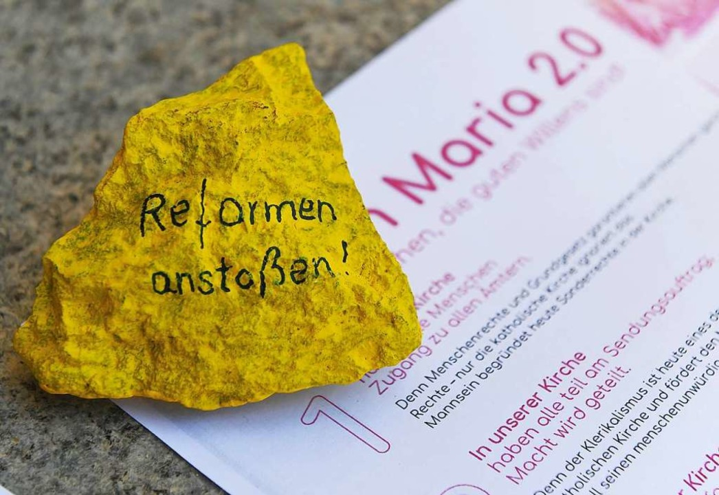 """Ein bemalter Stein mit der Aufschrift """"Reformen anstoßen""""    Foto: Angelika Warmuth (dpa)"""