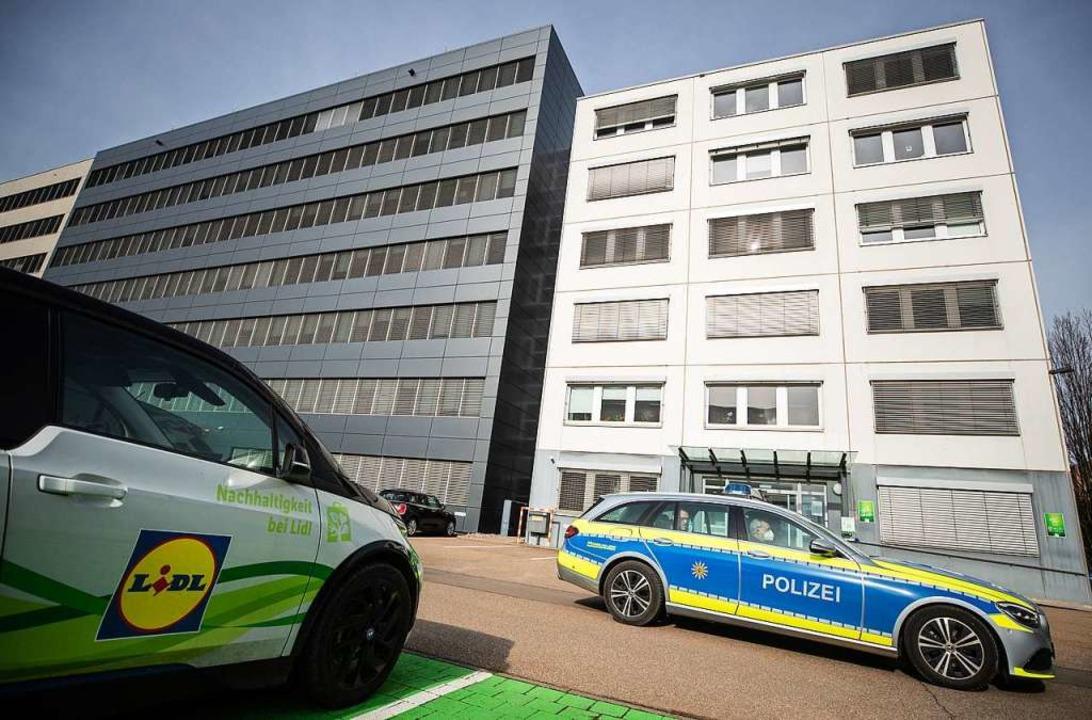 Ein Fahrzeug der Polizei fährt an der Lidl Zentrale in Neckarsulm vorbei.  | Foto: Christoph Schmidt (dpa)