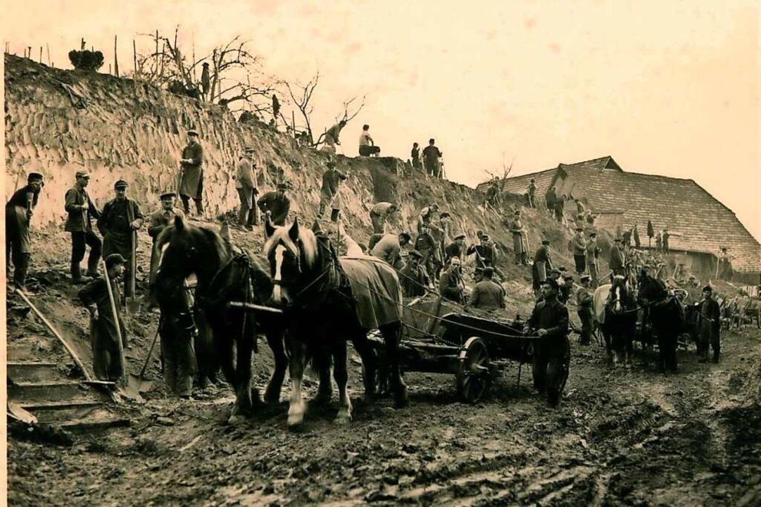 Fast das ganze Dorf griff zu Pickel un...waren auch Pferdefuhrwerke im Einsatz.  | Foto: privat