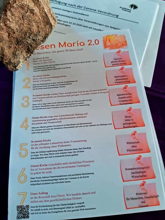 Die Thesen von Maria 2.0 liegen am Sonntag im Münster St. Jakobus aus.    Foto: Eva Korinth