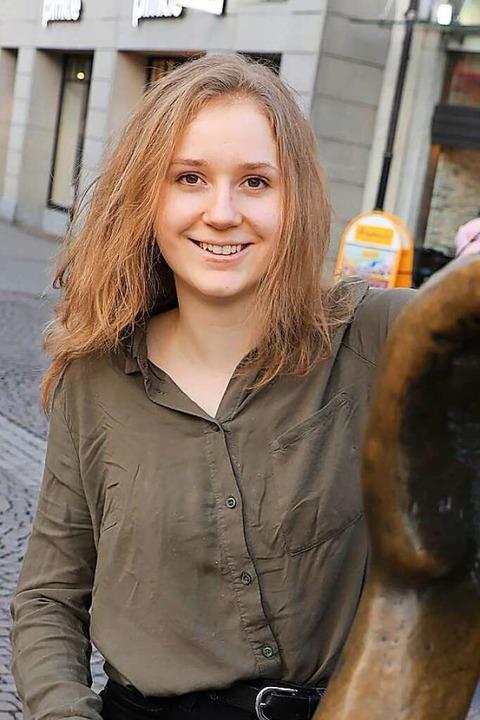 Amelie Vollmer kurz vor der Gedenkvera...pfer der rassistischen Morde in Hanau.  | Foto: Christoph Breithaupt