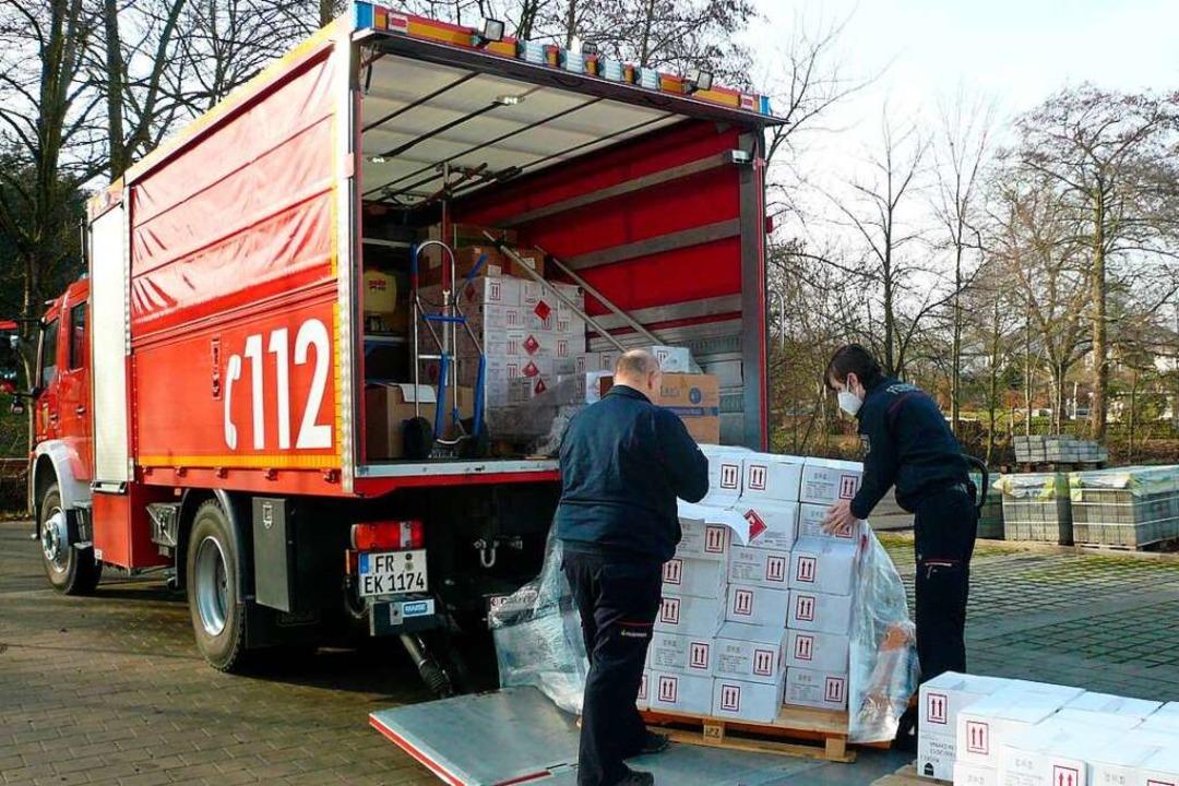Hier werden Kisten mit Desinfektionsmi... Transportwagen der Feuerwehr geladen.    Foto: Nina Herrmann