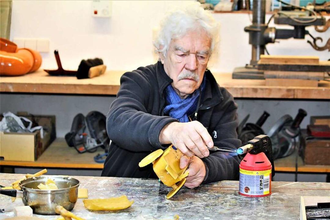 Rainer Stiefvater beim Vorbereiten eines Hohlraums für Bronzeguss  | Foto: Eva Buchholz