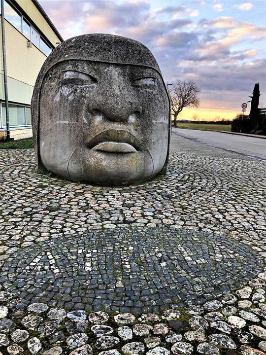 Attila-Skulptur vor der Turn- und Festhalle  Niederrimsingen  | Foto: Eva Buchholz