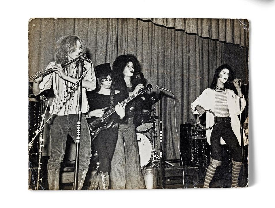 Aus den Anfängen:  Nick Cave (r.)  tritt 1975 in einer Mädchenschule auf  | Foto: Dan Magree/Arts Centre Melbourne