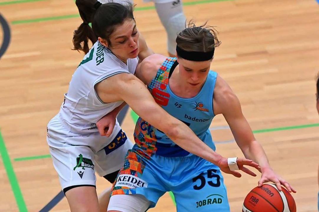 Duell der Spielmacherinnen: Die Göttin...t, Pauline Mayer den Ball abzuluchsen.  | Foto: Achim Keller