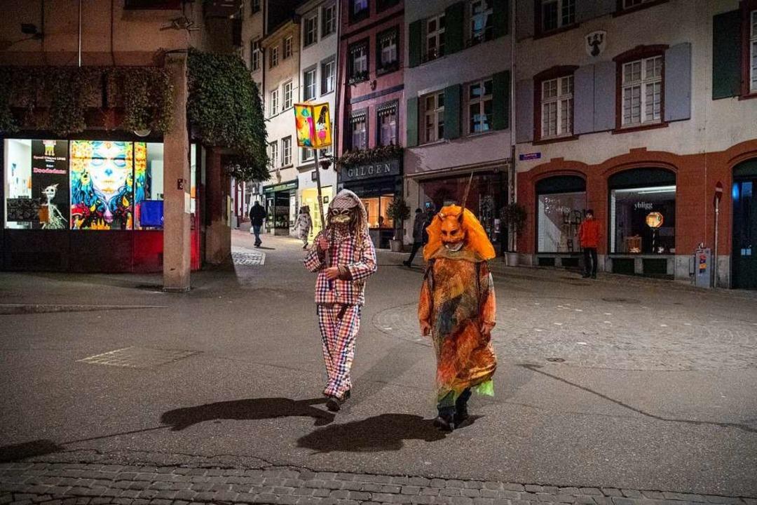 Obwohl der Morgenstraich abgesagt wurd...en in der Basler Innenstadt unterwegs.  | Foto: Urs Flueeler (dpa)