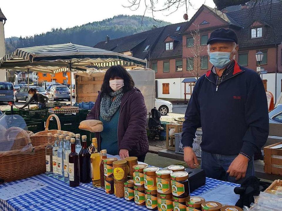 Elfriede Kern und Paul Isenmann bieten ihre ländlichen Produkte an.  | Foto: Beate Zehnle-Lehmann