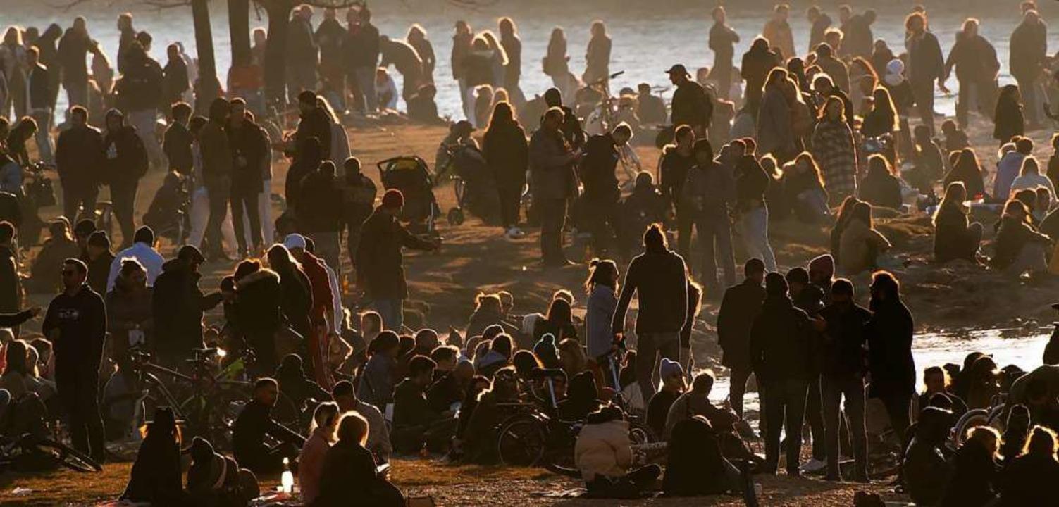 Hunderte Menschen genießen bei frühlin...uren das Wetter an den Ufern der Isar.    Foto: Peter Kneffel (dpa)
