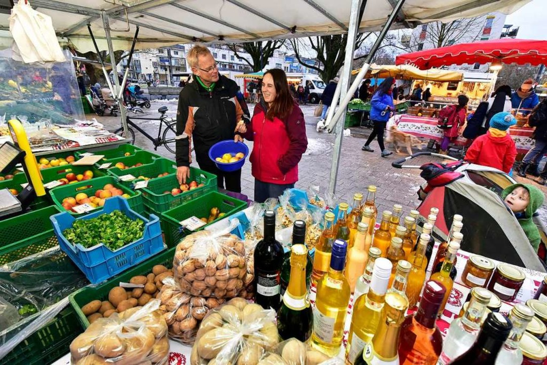 Alles aus der Region und  Selbstgemach...erät eine Kundin beim Apfelkauf.Region    Foto: Thomas Kunz