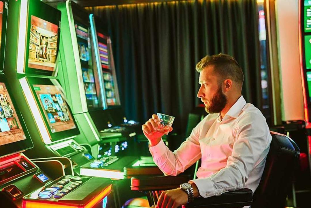 Automatenspiele in legalen Spielhallen...n Glücksspielmarktes aus (Symbolbild).  | Foto: Zoran (Adobe Stock)
