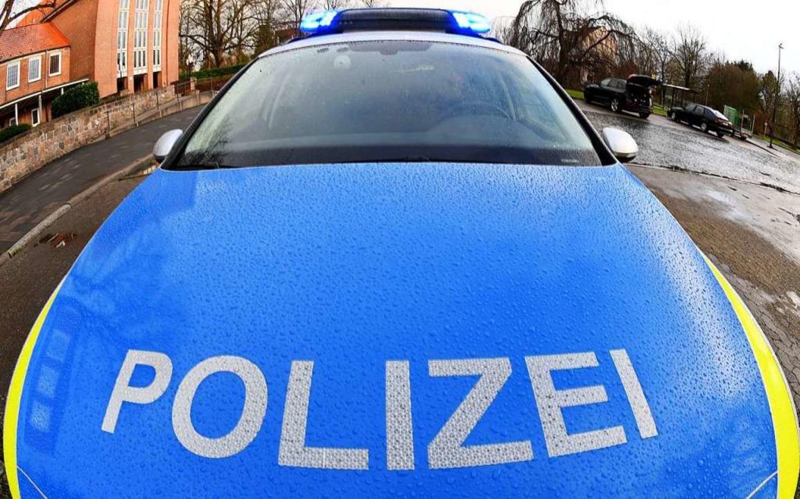 Die Polizisten nahmen die Personalien ...samt 22 Personen an drei Adressen auf.  | Foto: Carsten Rehder (dpa)