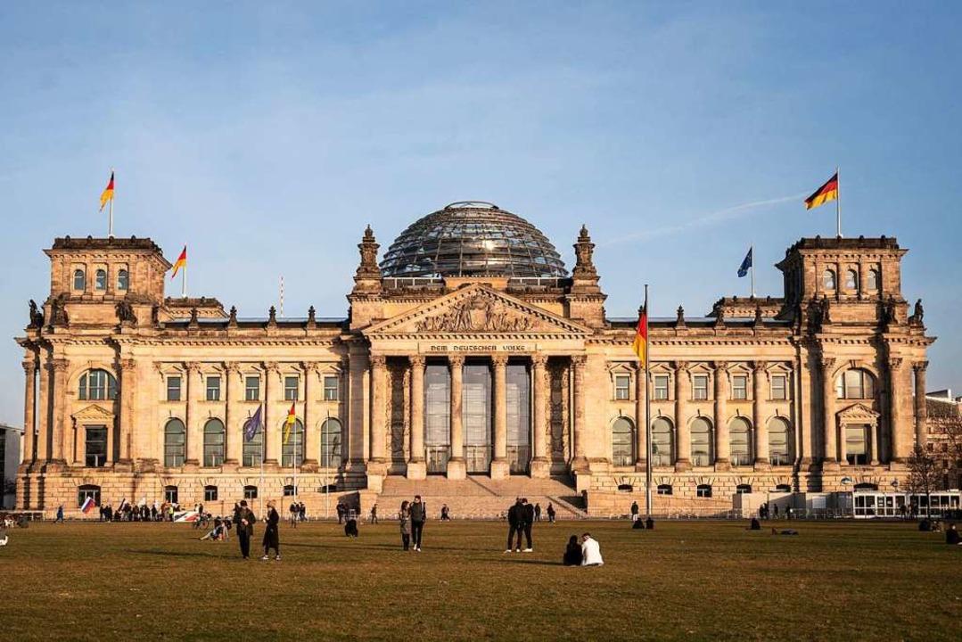 Zwei Freiburgerinnen beraten in einem ...eriment den Bundestag zu Außenpolitik.  | Foto: Christophe Gateau (dpa)
