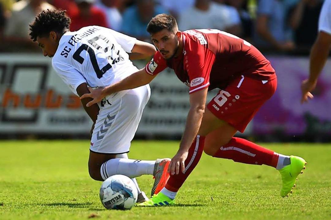 Fabian Nopper (hier rechts gegen den F...l Vollgas geben beim Regionalligisten.  | Foto: Patrick Seeger