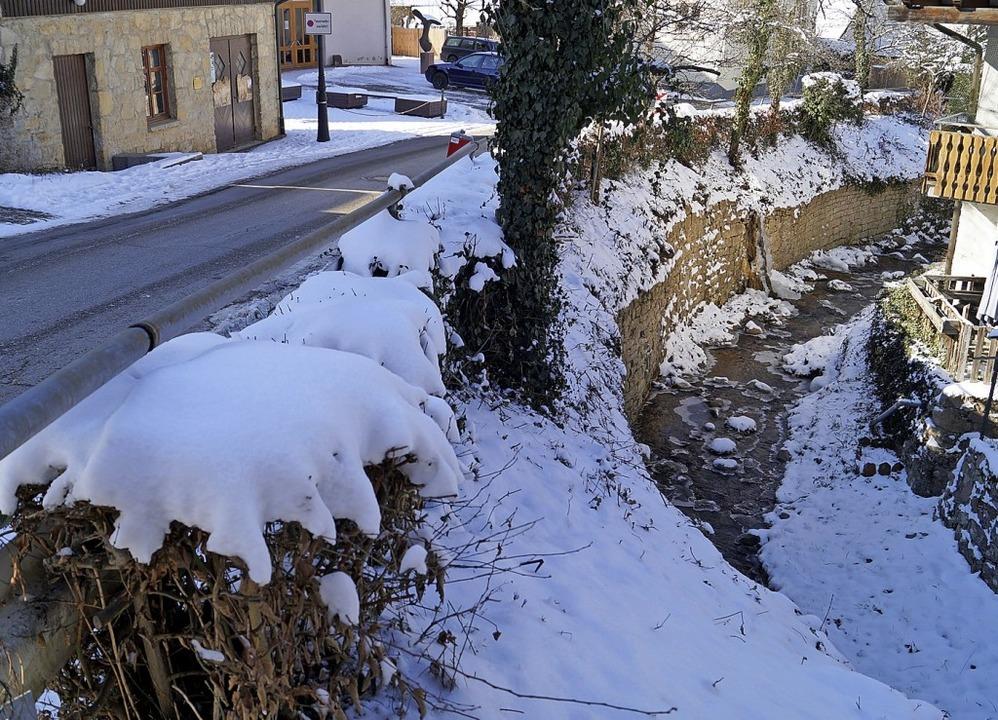 Bachstützmauer bei der Lipburger Dorfscheune ist sanierungsbedürftig.  | Foto: Silke Hartenstein