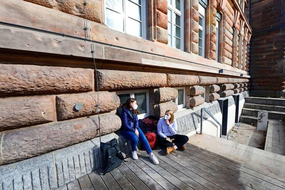 Mit Maske und auf Abstand: Sandra Zell...em Hof des Goethe-Gymnasiums zusammen.  | Foto: Ingo Schneider