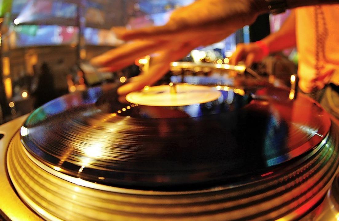 Hier dreht sich der Plattenteller eine...ings, wie es mit der Musik weitergeht.  | Foto: Johannes Eisele/DPA