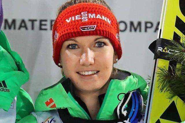 Skispringer, Kombinierer und Langläufer vor leeren Tribünen im Allgäu