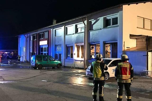 Feuerwehr löscht brennendes Auto in einer Kfz-Werkstatt in Lörrach