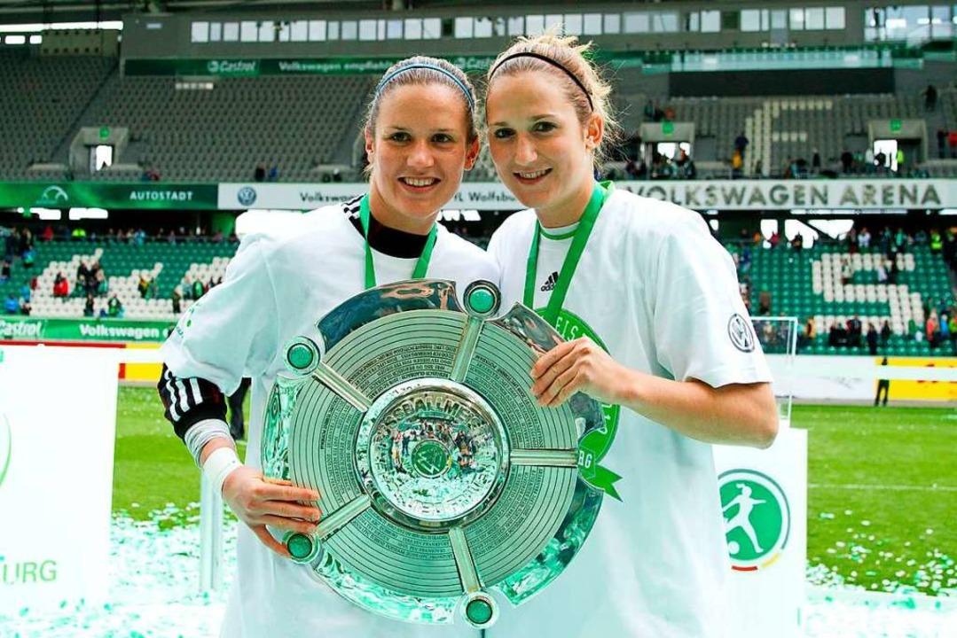 Deutscher Meister mit dem VfL Wolfsbur... mit ihrer Schwester Alisa das Triple.  | Foto: imago/Christian Schroedter