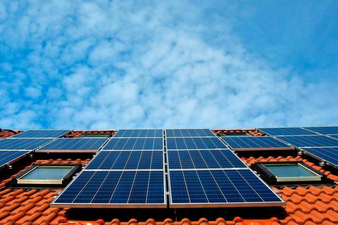 Eine Photovoltaikanlage auf dem Dach eines Hauses  | Foto: SBK (dpa)