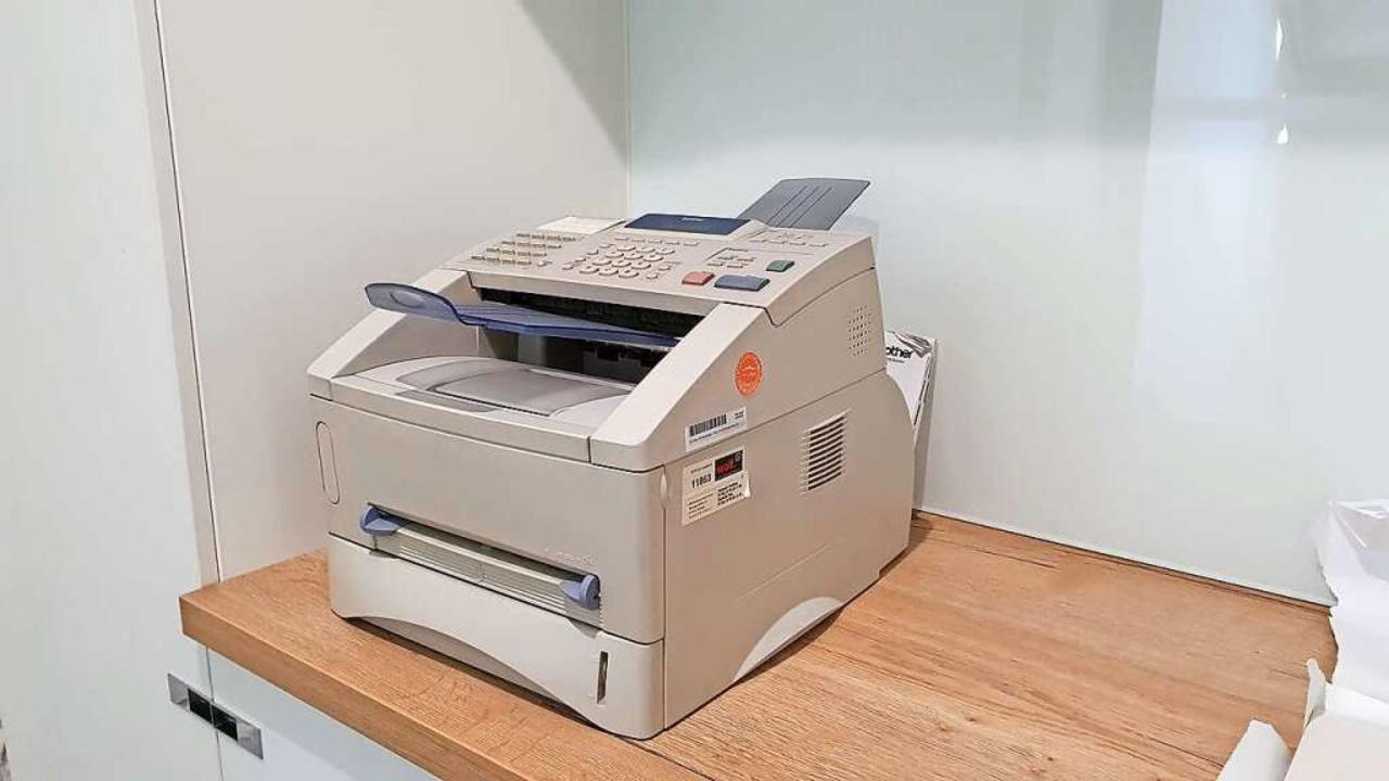 Anachronismus? Auch in der Stadtredaktion der BZ steht ein Faxgerät.  | Foto: Frank Thomas Uhrig