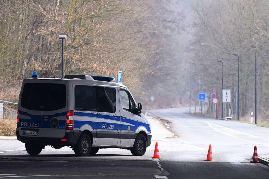 Ein Polizeiauto steht im Rahmen von Gr...n an der deutsch-tschechischen Grenze.  | Foto: Sebastian Kahnert (dpa)
