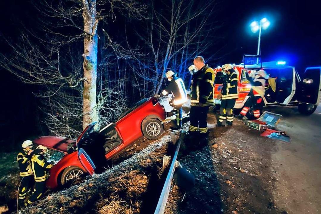 Die Bergung des verunglückten Fahrzeugs gestaltete sich nicht ganz einfach.  | Foto: Volker Münch