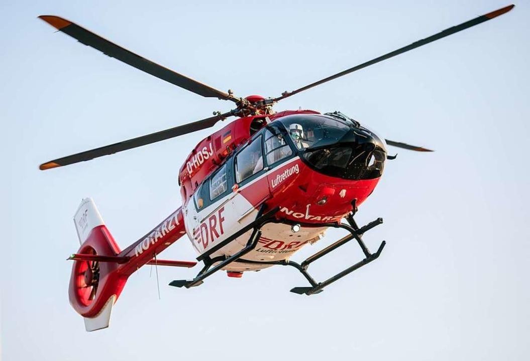 Der Heli brachte den Mann ins Krankenhaus.  | Foto: Felix Heyder (dpa)