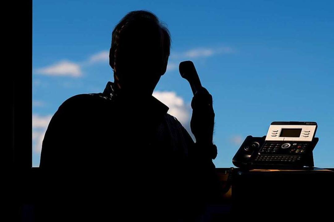 Jemand gibt sich am Telefon als naher ... auflegen und die Polizei informieren.  | Foto: Julian Stratenschulte