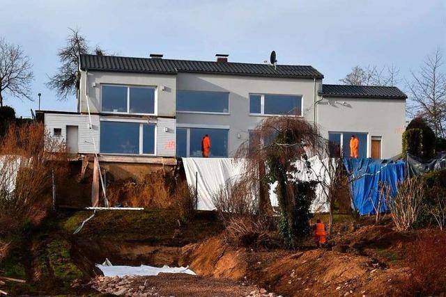Beton und Erdnägel sollen dem gefährdeten Haus in Schopfheim Halt geben
